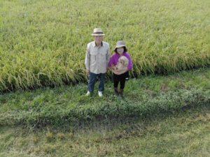 農園主と看板犬の写真です。