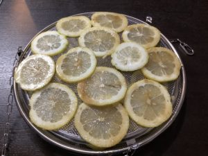 スライスレモンを干してみました。